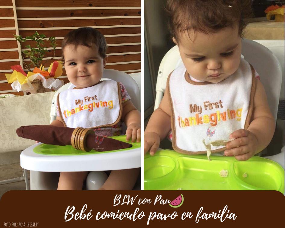 Bebé comiendo pavo por primera vez en familia. En la primera foto aparece una bebé latina de tez blanca sonriendo mirando hacia adelante mientras está sentada en su silla de comer.   En la segunda imagen, la misma bebé sostiene un trozo de pavo cortado a favor de las fibras y lo mira con detenimiento antes de consumirlo.